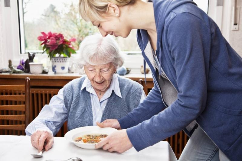 Девушка-опекун ухаживает за бабушкой