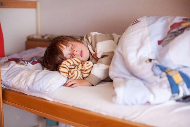 Малыш поскрипывает зубами во сне