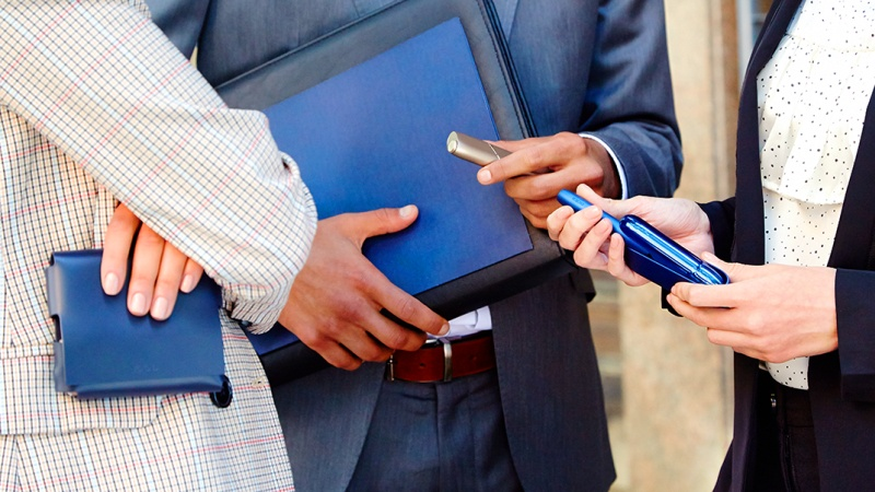 Синий Айкос 3 и Айкос Мульти в руках коллег
