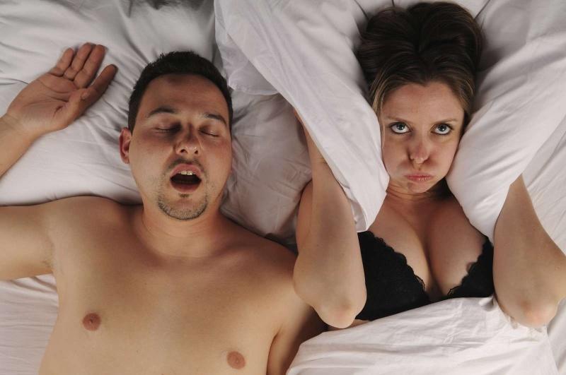 Муж храпит ночью в кровати