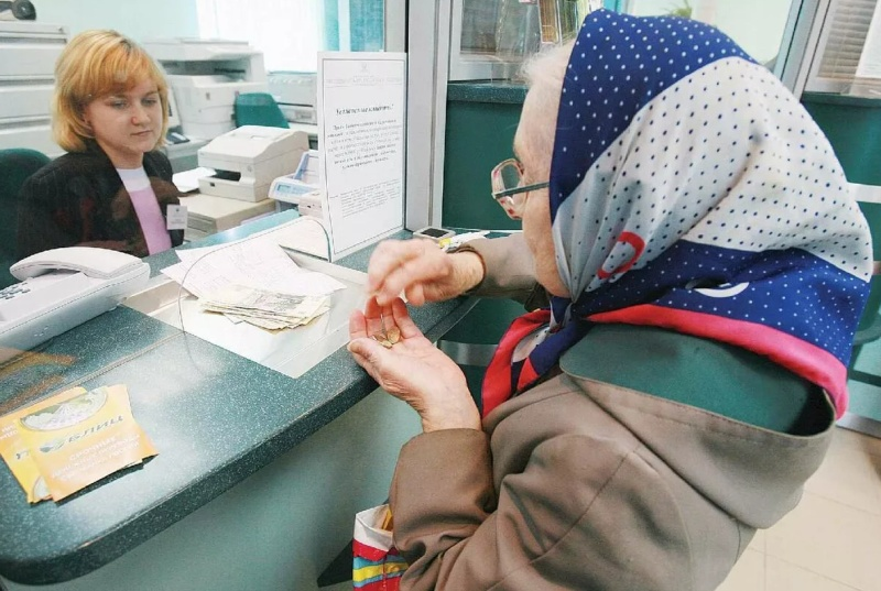 Пенсионерка получает деньги