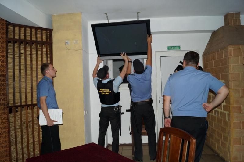 Арест имущества должника - забирают телевизор